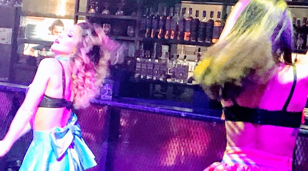 el mama-restaurante con show Barcelona-bailarinas