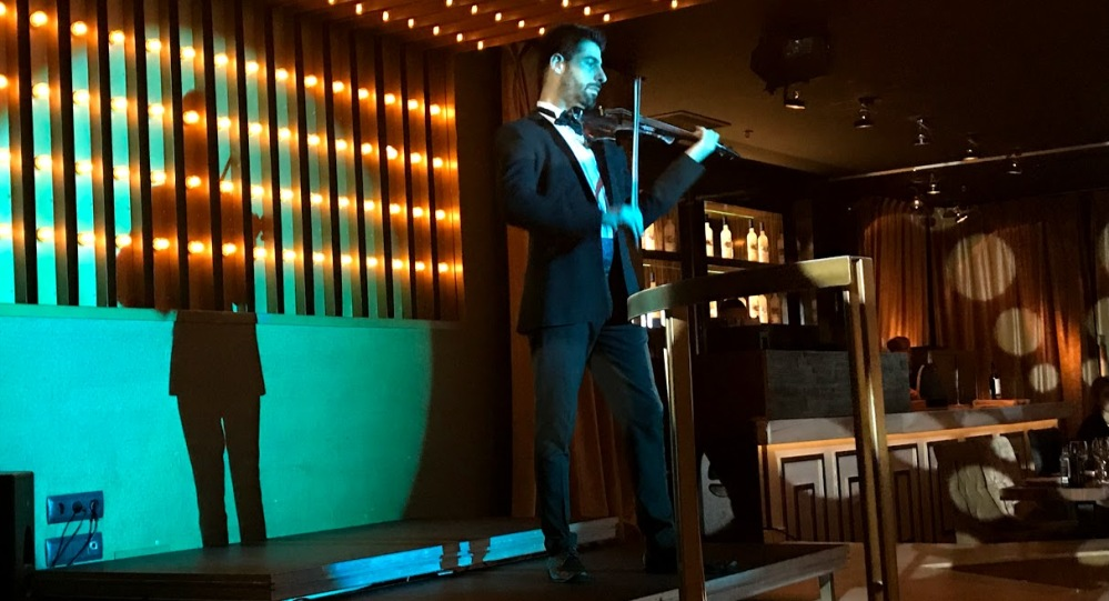 gatsby - dinner show calle tuset barcelona-violinista